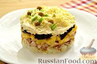 Фото приготовления рецепта: Слоеный салат с курицей, ананасами и черносливом - шаг №11
