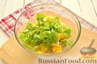 Фото приготовления рецепта: Салат с курицей, ананасом и орехами - шаг №4