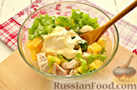 Фото приготовления рецепта: Салат с курицей, ананасом и орехами - шаг №5