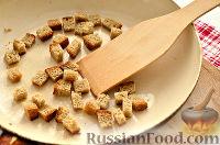 Фото приготовления рецепта: Салат из редьки, с беконом и сухариками - шаг №3