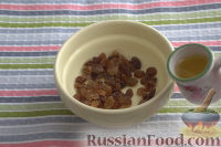 Фото приготовления рецепта: Салат из сельдерея, с яблоками и изюмом - шаг №3