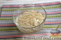 Фото приготовления рецепта: Салат из сельдерея, с яблоками и изюмом - шаг №4