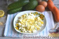 Фото приготовления рецепта: Оливье с креветками, огурцами и авокадо - шаг №3