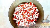 Фото приготовления рецепта: Крабовый салат с кукурузой, огурцами и яйцом - шаг №2