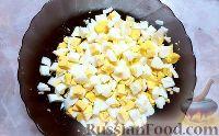 Фото приготовления рецепта: Крабовый салат с кукурузой, огурцами и яйцом - шаг №4