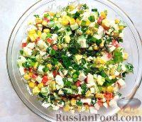 Фото приготовления рецепта: Крабовый салат с кукурузой, огурцами и яйцом - шаг №7