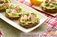 Фото к рецепту: Тартинки с муссом из авокадо и печени трески