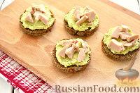 Фото приготовления рецепта: Тартинки с муссом из авокадо и печени трески - шаг №8