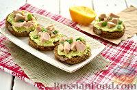 Фото приготовления рецепта: Тартинки с муссом из авокадо и печени трески - шаг №10