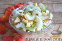 Фото приготовления рецепта: Салат с фруктами и сельдереем - шаг №4