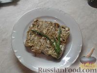 Фото приготовления рецепта: Рулет из лаваша с печеночным паштетом и соленым огурцом - шаг №7