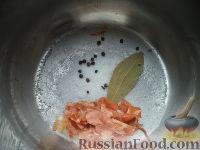 Фото приготовления рецепта: Скумбрия в луковой шелухе (за 3 минуты) - шаг №3