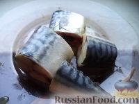 Фото приготовления рецепта: Скумбрия в луковой шелухе (за 3 минуты) - шаг №2