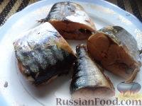 Фото приготовления рецепта: Скумбрия в луковой шелухе (за 3 минуты) - шаг №7