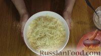 Фото приготовления рецепта: Слоеный салат с крабовыми палочками и яблоком - шаг №4