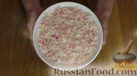 Фото приготовления рецепта: Слоеный салат с крабовыми палочками и яблоком - шаг №6