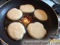 Фото приготовления рецепта: Оладьи на дрожжах - шаг №8