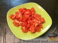 Фото приготовления рецепта: Салат из фасоли, помидоров и авокадо - шаг №4