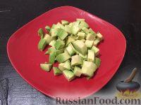 Фото приготовления рецепта: Салат из фасоли, помидоров и авокадо - шаг №5