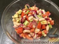 Фото приготовления рецепта: Салат из фасоли, помидоров и авокадо - шаг №6
