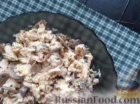 Фото к рецепту: Салат с курицей, сыром и грибами