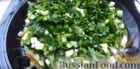 Фото приготовления рецепта: Весенний салат из овощей, зелени, яиц и сыра - шаг №5