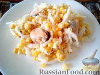 Фото к рецепту: Салат из мидий, пекинской капусты, кукурузы и авокадо