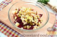 Фото приготовления рецепта: Винегрет с сельдью и яблоками - шаг №6