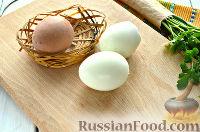 Фото приготовления рецепта: Салат из печени трески и яиц - шаг №2