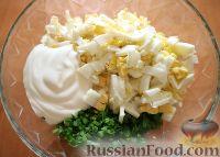 Фото приготовления рецепта: Салат из яиц и зеленого лука - шаг №5