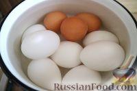 Фото приготовления рецепта: Салат из яиц и зеленого лука - шаг №2