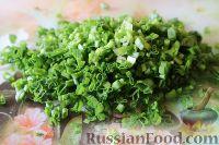Фото приготовления рецепта: Салат из яиц и зеленого лука - шаг №3