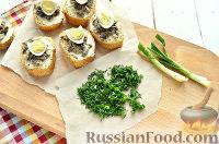 Фото приготовления рецепта: Бутерброды с перепелиными яйцами - шаг №7
