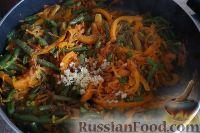 Фото приготовления рецепта: Фунчоза с куриным филе и овощами - шаг №12