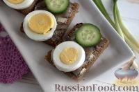 Фото к рецепту: Бутерброды с килькой и яйцом