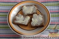 Фото приготовления рецепта: Бутерброды с килькой и яйцом - шаг №2