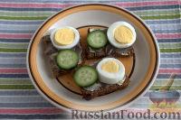 Фото приготовления рецепта: Бутерброды с килькой и яйцом - шаг №5