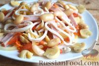 Фото к рецепту: Салат с кальмарами, ветчиной и грибами