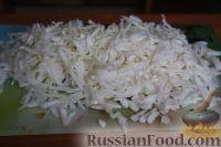 Фото приготовления рецепта: Салат из свежей капусты и маринованных огурцов - шаг №3