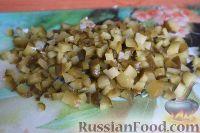 Фото приготовления рецепта: Салат из свежей капусты и маринованных огурцов - шаг №5