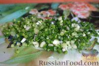 Фото приготовления рецепта: Салат из свежей капусты и маринованных огурцов - шаг №7