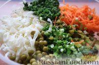 Фото приготовления рецепта: Салат из свежей капусты и маринованных огурцов - шаг №8