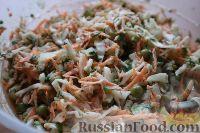 Фото приготовления рецепта: Салат из свежей капусты и маринованных огурцов - шаг №9