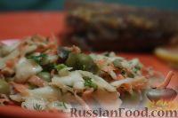 Фото приготовления рецепта: Салат из свежей капусты и маринованных огурцов - шаг №10
