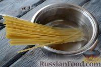 Фото приготовления рецепта: Макароны с тунцом, брокколи и вялеными помидорами - шаг №2