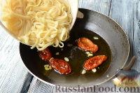 Фото приготовления рецепта: Макароны с тунцом, брокколи и вялеными помидорами - шаг №5