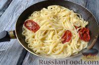 Фото приготовления рецепта: Макароны с тунцом, брокколи и вялеными помидорами - шаг №6