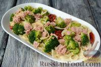 Фото приготовления рецепта: Макароны с тунцом, брокколи и вялеными помидорами - шаг №7