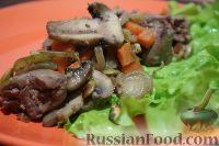 Фото к рецепту: Салат с куриной печенью, грибами и овощами