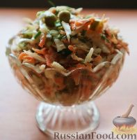 Фото к рецепту: Салат из свежей капусты и маринованных огурцов
